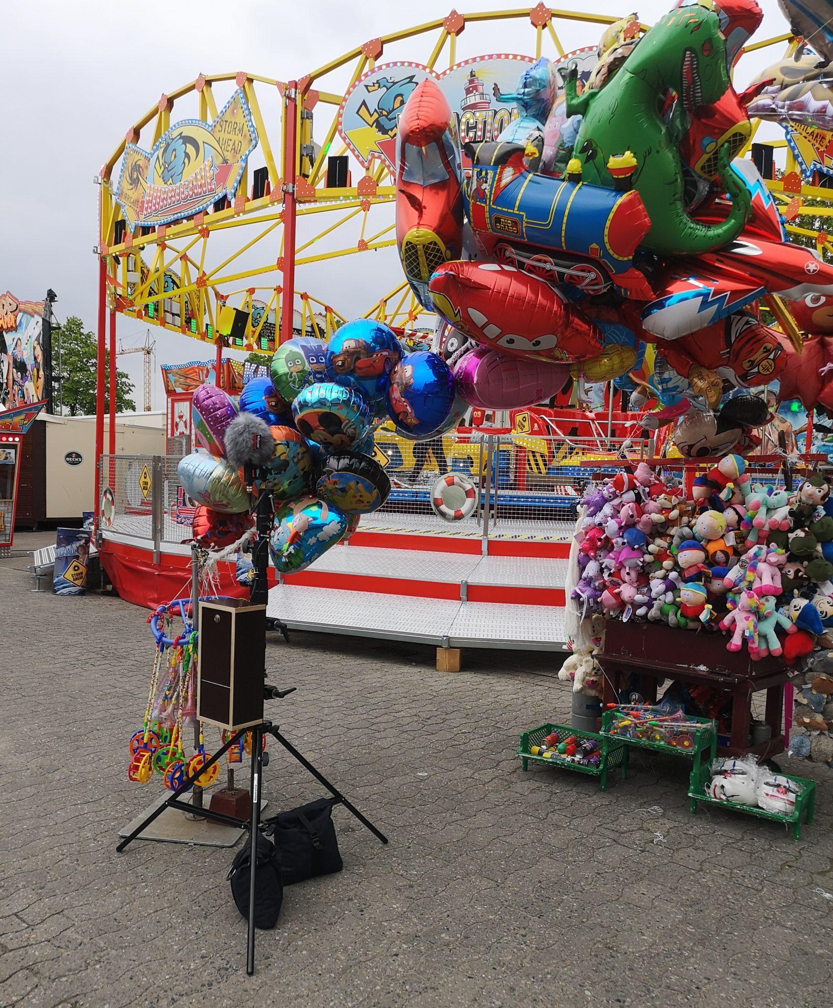 Die Aufnahmestation steht vor einem Stand an dem Luftballons verkauft werdenauf dem Delmenhorster Kramermarkt.
